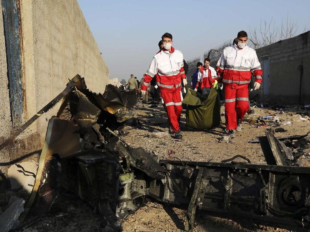 Evakuasi Korban Jatuhnya Pesawat Ukraine Airlines