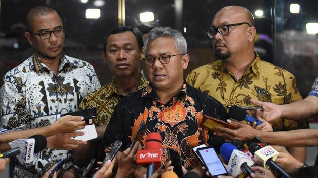 Ketua KPU Arief Budiman (kedua kanan) didampingi Komisioner Ilham Saputa (kanan), Pramono Ubaid Tantowi (kedua kiri) dan Hasyim Asyari (kiri) memberikan keterangan pers usai mendatangi gedung KPK terkait penangkapan komisioner KPU Wahyu Setiawan, di Jakarta, Rabu (8/1/2020). Ketua KPU dalam keterangannya tidak bisa memastikan sangkut paut posisi Wahyu Setiawan sebagai Komisioner bidang sosialisasi dan partisipasi masyarakat dengan penangkapannya oleh penyidik KPK. ANTARA FOTO/Indrianto Eko Suwarso/ama.