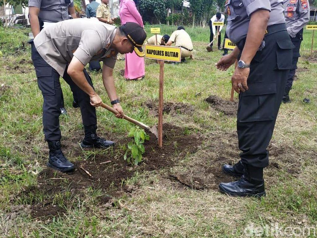 Ribuan Bibit Pohon Ditanam 16 Polsek Blitar Antisipasi Bencana Alam
