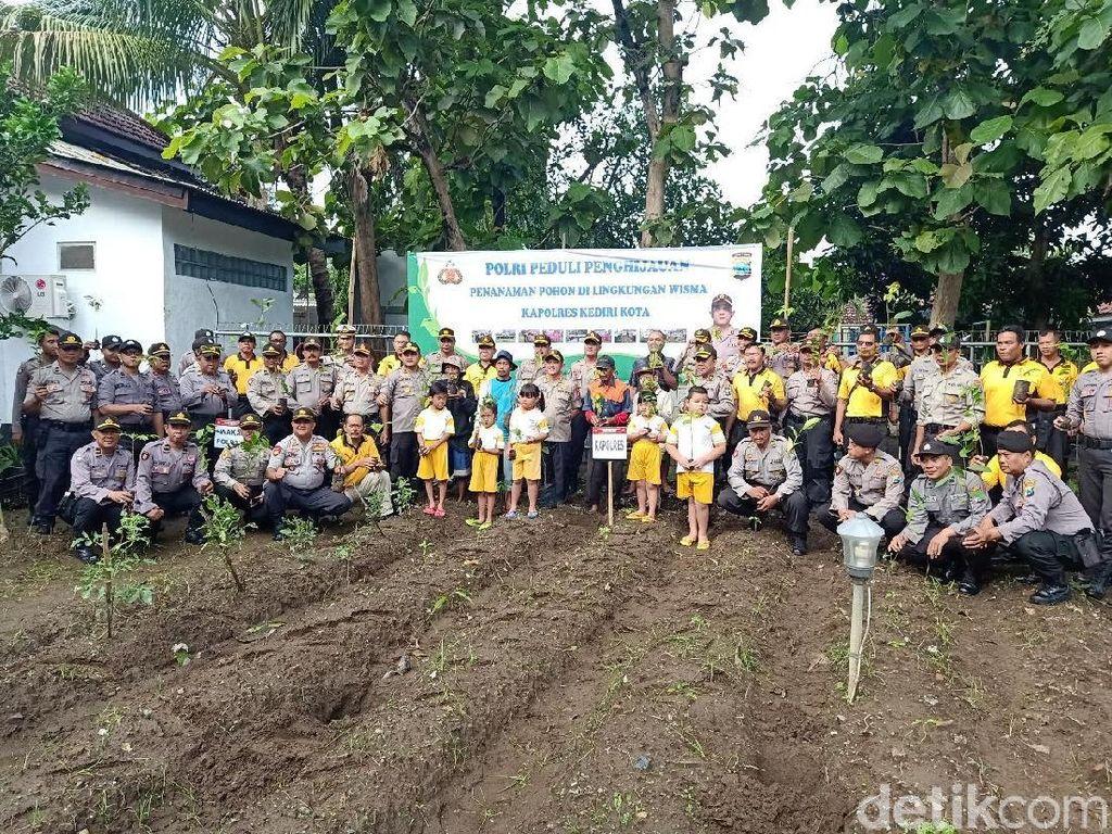 Saat Anak TK di Kota Kediri Diajak Tanam Pohon untuk Penghijauan
