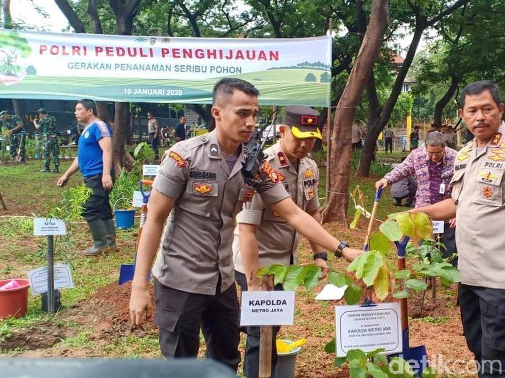 Antisipasi Banjir, Kapolda Metro Tanam Seribu Pohon di Jakut