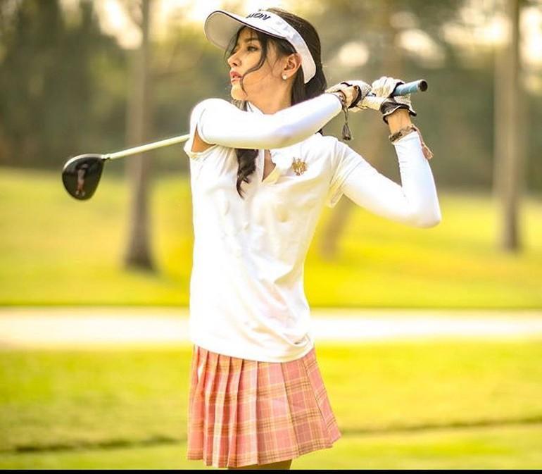 Tak hanya kerap berbagi gaya busana stylish dari merek ternama. Siwi Sidi juga terlihat menikmati gaya hidup mewahnya dengan pergi ke restoran, berbelanja, dan berolahraga. Ini penampilan Siwi Sidi saat menikmati olahraga golf. Foto: Instagram @w_hadinata