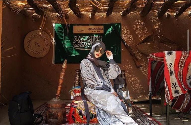 Ini gaya Siwi Sidi saat mengenakan hijab ketika berada di Arab Saudi. Tampil dengan kacamata, penampilannya pun terlihat mencuri atensi. Foto: Instagram @w_hadinata