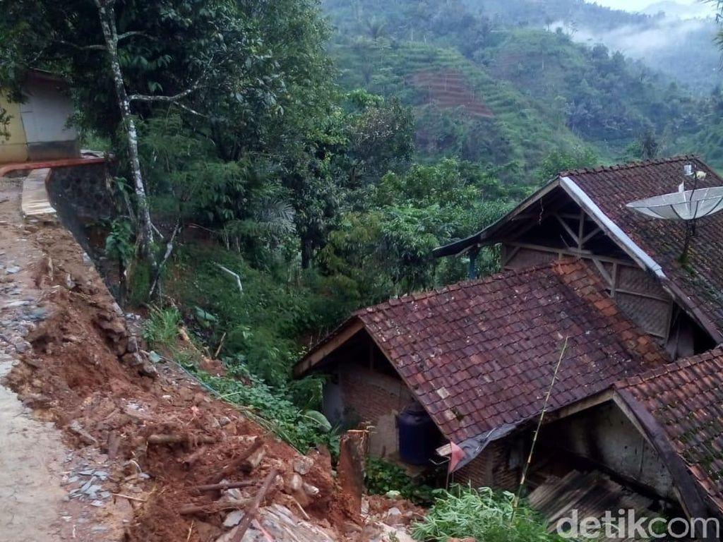 Longsor Terjang Empat Desa di Banjarwangi Garut