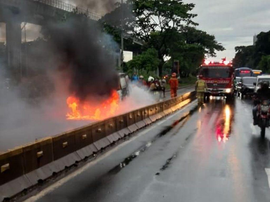 Mobil Terbakar di Jalur TransJakarta Depan RS UKI Jaktim
