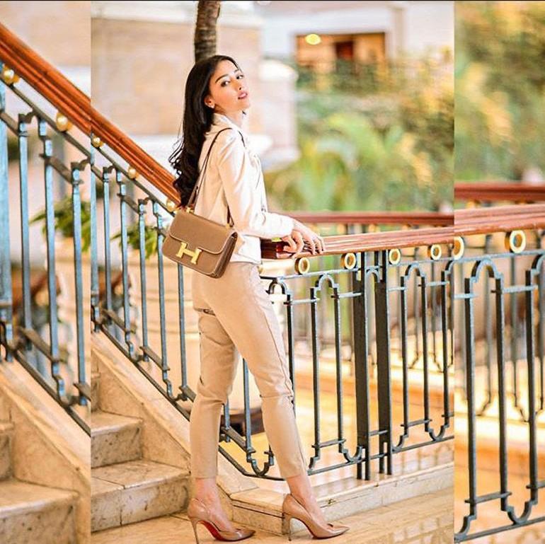 Ini gaya mewah Siwi Sidi saat tampil dengan tas Hermes Rouge Casaque Constance Bag Rp 233 juta. Foto: Instagram @w_hadinata
