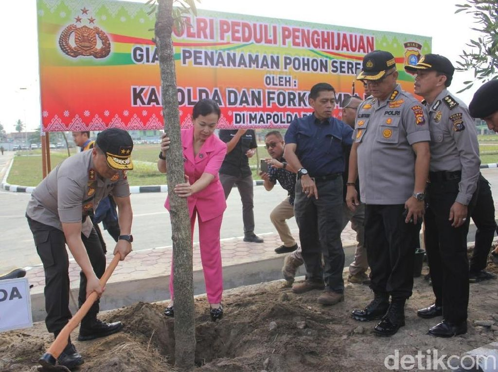 Polda Riau-Kepri Laksanakan Gerakan Tanam Pohon Serentak