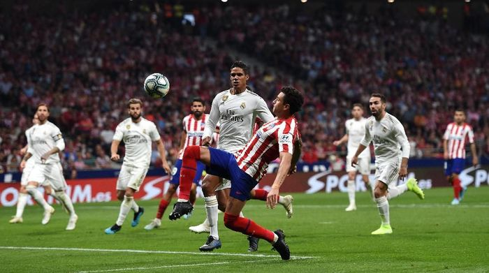 MADRID, SPAIN - SEPTEMBER 28: Jose Gimenez of Atletico Madrid battles for the ball with Raphael Varane of Real Madrid during the Liga match between Club Atletico de Madrid and Real Madrid CF at Wanda Metropolitano on September 28, 2019 in Madrid, Spain. (Photo by Denis Doyle/Getty Images)