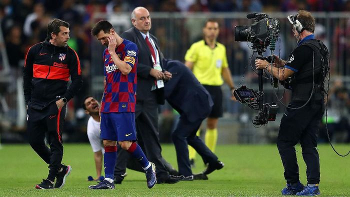 JEDDAH, SAUDI ARABIA - JANUARY 09:  Lionel Messi of Barcelona leaves the pitch after being grabbed by a fan at full time during the Supercopa de Espana Semi-Final match between FC Barcelona and Club Atletico de Madrid at King Abdullah Sports City on January 09, 2020 in Jeddah, Saudi Arabia. (Photo by Francois Nel/Getty Images)