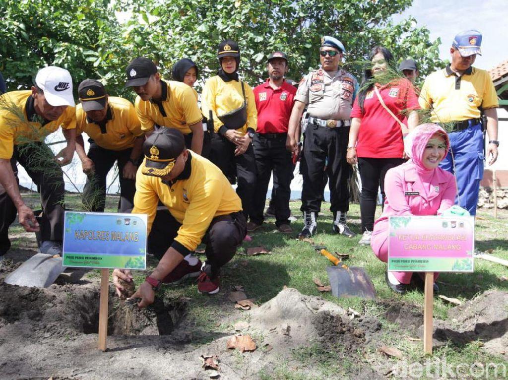 Cegah Abrasi, Polres Malang Tanam 2 Ribu Bibit Cemara Udang
