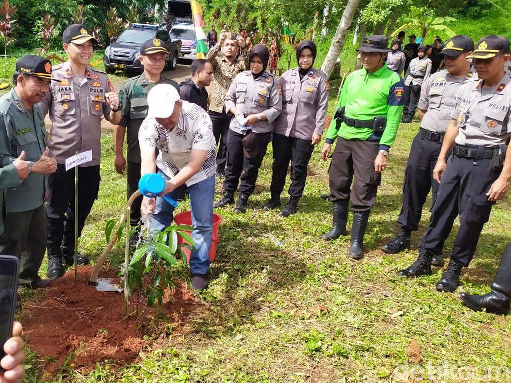 Cegah Bencana, Polisi di Cianjur dan Tasik Tanam Ribuan Pohon