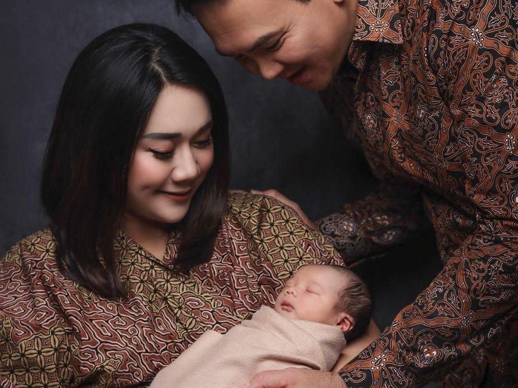 Ahok dan Puput Kompak Berbatik di Foto Pertama Bareng Anak yang Baru Lahir