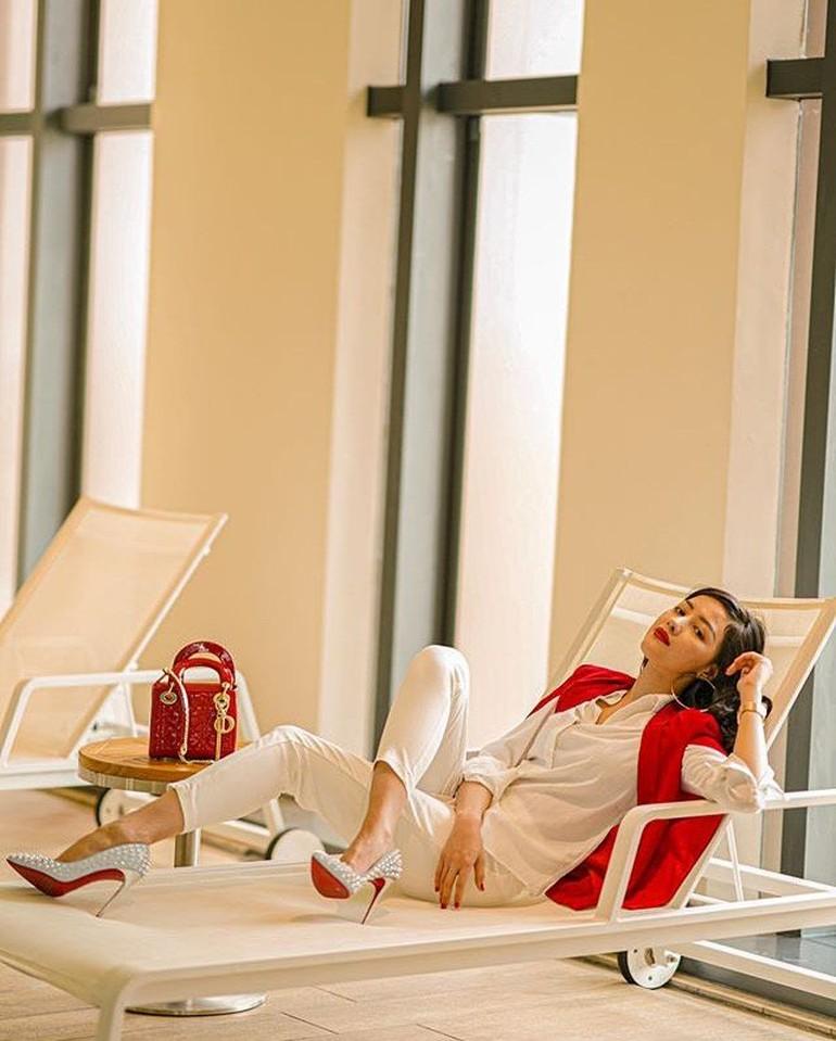 Terlepas dari kasus yang menjerat pramugari Garuda ini, Siwi Sidi kerap berbagi gaya hidup mewah di Instagram. Pada postingannya itu, Siwi Sidi terlihat mengenakan beberapa merek fashion ternama mulai dari Dior sampai Hermes. Foto: Instagram @w_hadinata
