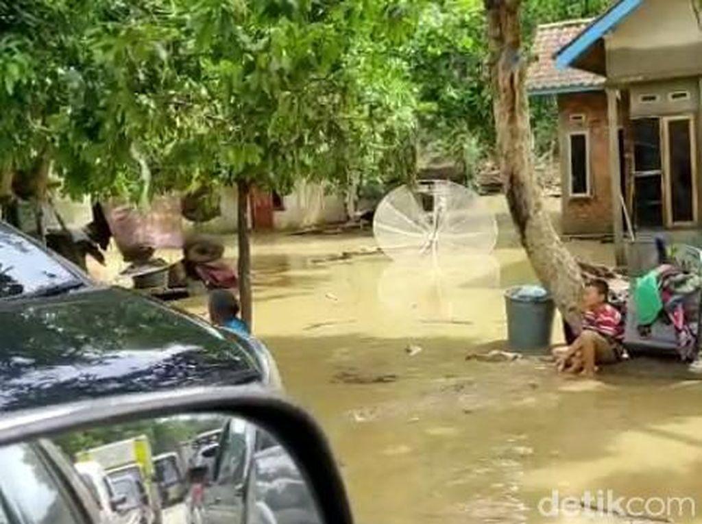 Banjir Surut, Warga Lahat Sumsel Mulai Bersihkan Lumpur Sisa Banjir