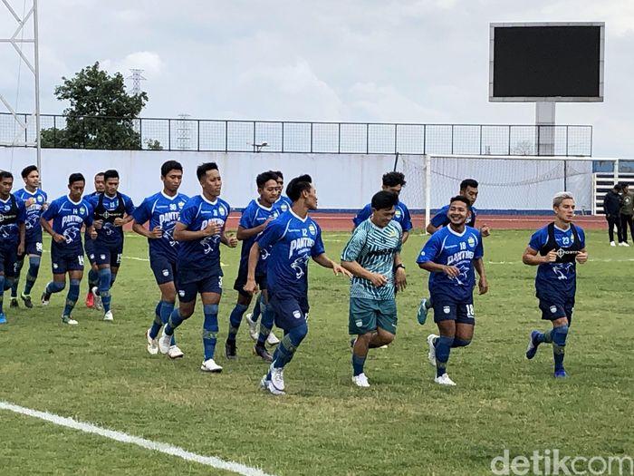 Persib Bandung menggelar latihan perdana di Stadion Arcamanik, Kota Bandung, Jawa Barat, Jumat (10/1/2020).