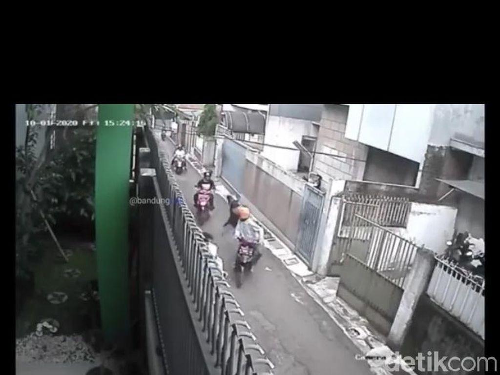 Pembacokan Brutal di Bandung, Pemotor Bacok Pengendara Lain