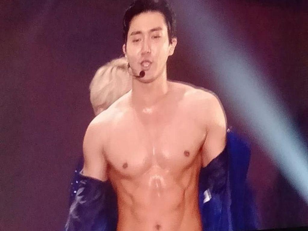 Siwon Buka Baju di Konser SuJu, ELF Histeris sampai Nangis