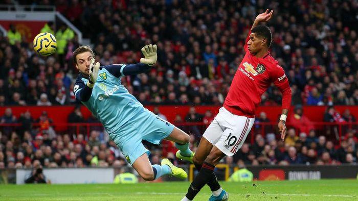 Manchester United unggul 1-0 atas Norwich City di babak pertama. (Foto: Alex Livesey / Getty Images)