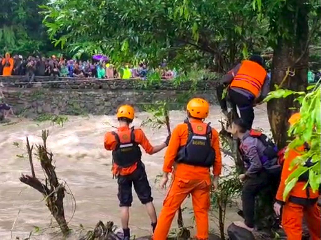 Bupati Barru: 16 Warga Terisolasi Akibat Banjir Berhasil Dievakuasi