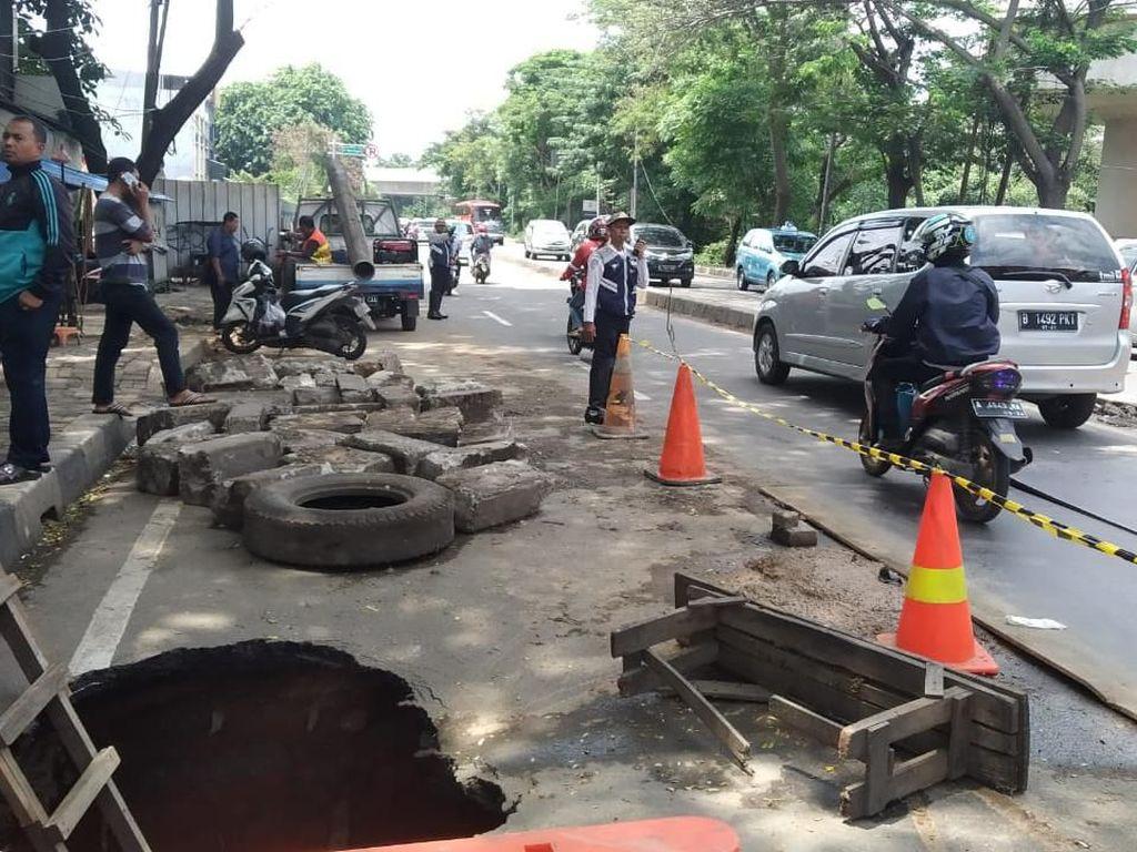 Hati-hati! Jalan Daan Mogot Tangerang Amblas 2 Meter