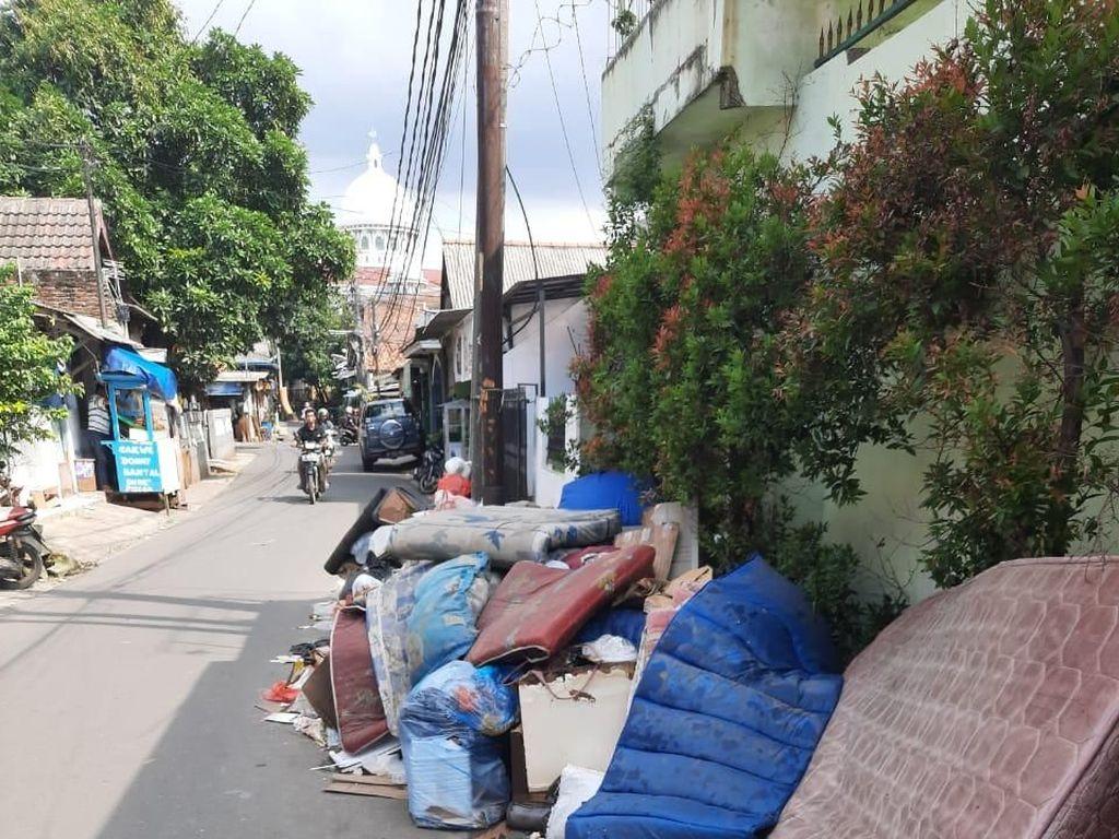 Sampah Perabotan Rumah Tangga Menumpuk di Duri Kosambi Jakbar Pascabanjir