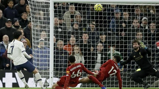 Tottenham's Son Heung-min, left, fails to score during the English Premier League soccer match between Tottenham Hotspur and Liverpool at the Tottenham Hotspur Stadium in London, England, Saturday, Jan. 11, 2020. (AP Photo/Matt Dunham)