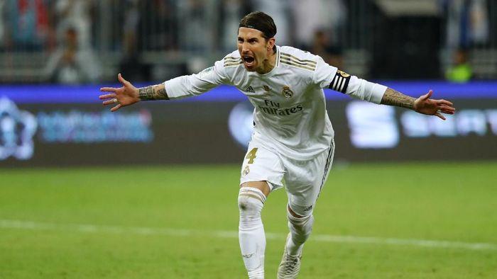 Eksekusi penalti Sergio Ramos yang sukses jadi penentu kemenangan Real Madrid di final Piala Super Spanyol (Foto: Francois Nel/Getty Images)