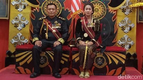 Pasutri pendiri Kerajaan Agung Sejagat yang viral, Totok Santosa Hadiningrat dan Dyah Gitarja. (Rinto Heksantoro/detikcom)