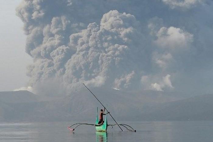 taal-volcano-di-filipina-lontarkan-abu-hingga-15-km-bandara-ditutup
