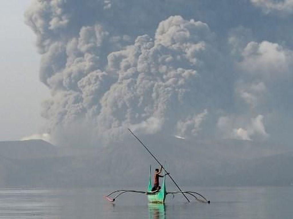 Taal Volcano di Filipina Lontarkan Abu hingga 15 Km, Bandara Ditutup