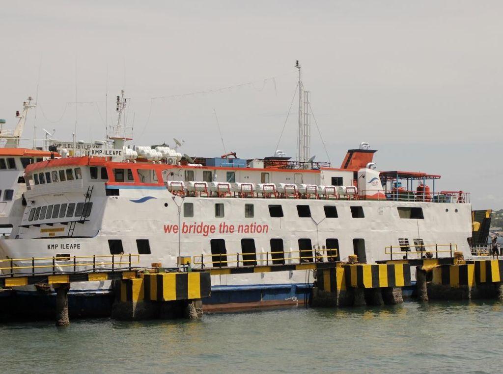 Penyeberangan Ferry di Kupang Ditutup Akibat Cuaca Buruk