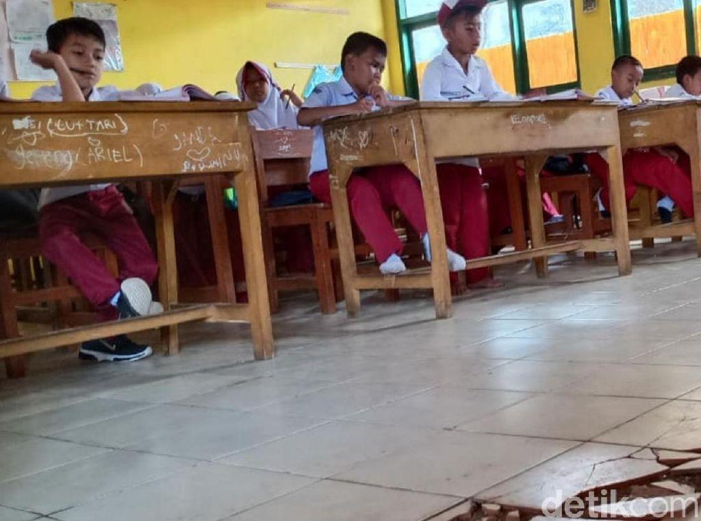 Siswa SDN Cibadak Tetap Belajar di Ruang Kelas yang Lantainya Retak