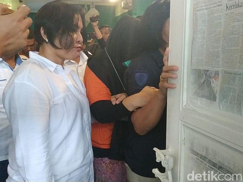 Rekonstruksi Pembunuhan Hakim Jamaluddin, Zuraida Hanum Tutupi Wajah