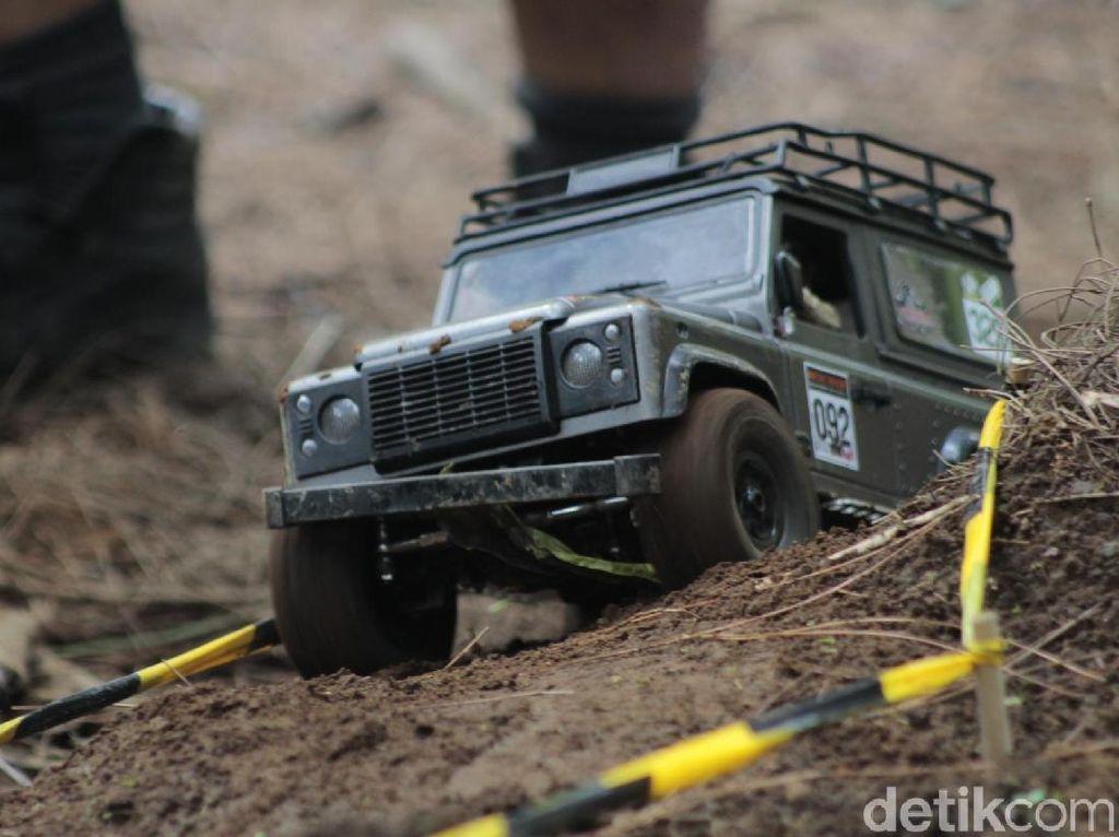 Mobil Remote Control Menerabas Hutan Lembang
