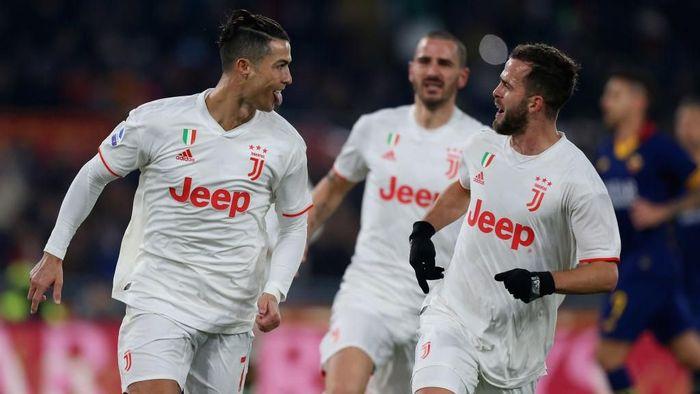 Ronaldo mencetak gol ke gawang Roma dari titik putih. Foto: Paolo Bruno/Getty Images