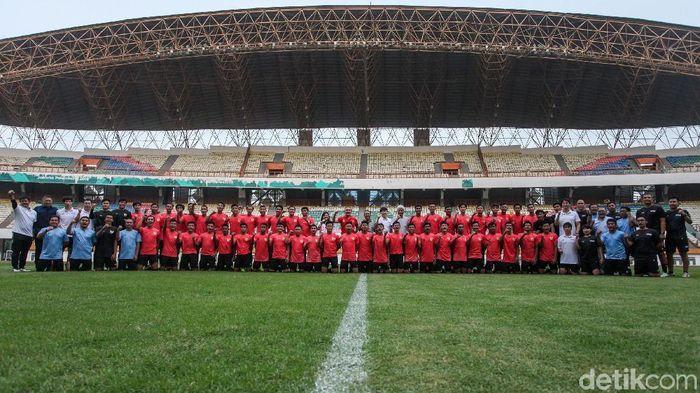 Timnas Indonesia U-19 menggelar pemusatan latihan perdana di bawah arahan Shin Tae-yong. 51 pemain hadir dalam seleksi perdana ini.