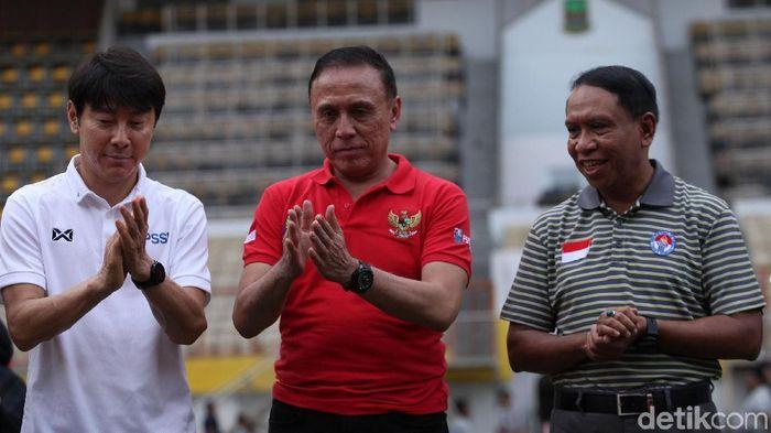Shin Tae-yong bersama ketua umum PSSI Mochamad Iriawan dan Mempora Zainudin Amali. (Foto: Rifkianto Nugroho/detikcom)