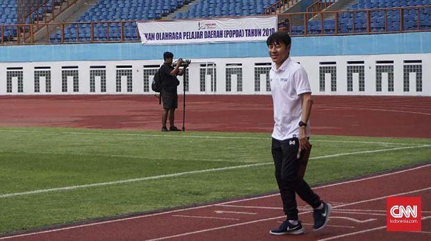 Latihan perdana Timnas Indonesia U-19 bersama Shin Tae Yong di Stadion Wibawa Mukti, Cikarang, Senin (13/1).