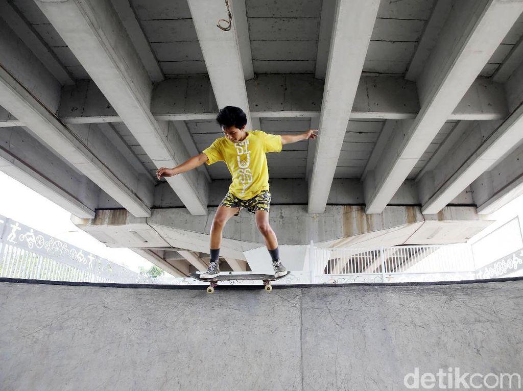 Asyiknya Bermain Skateboard di Skatepark Pasar Rebo
