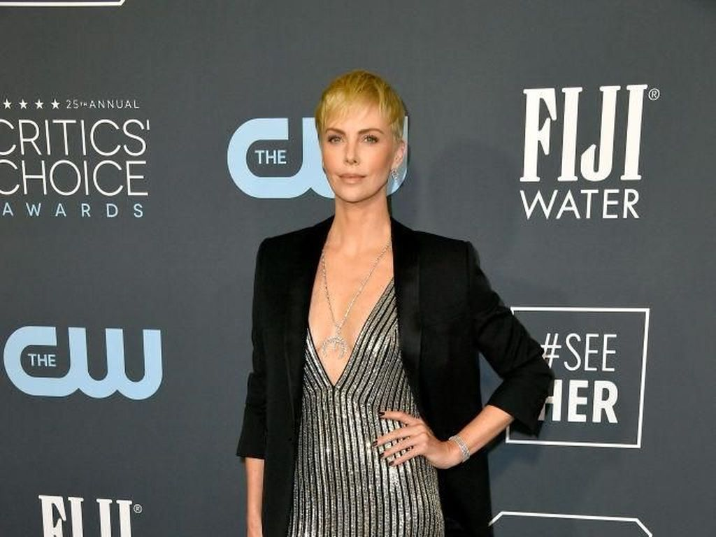 Foto: 10 Artis Berbusana Terbaik di Critics Choice Awards 2020