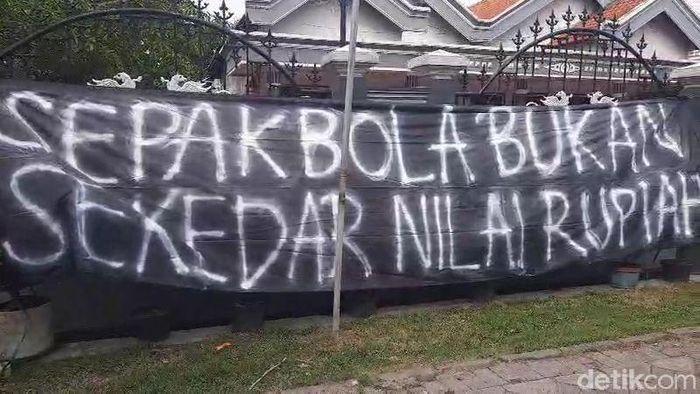 Spanduk teror di rumah Evan Dimas. (Foto: Istimewa)