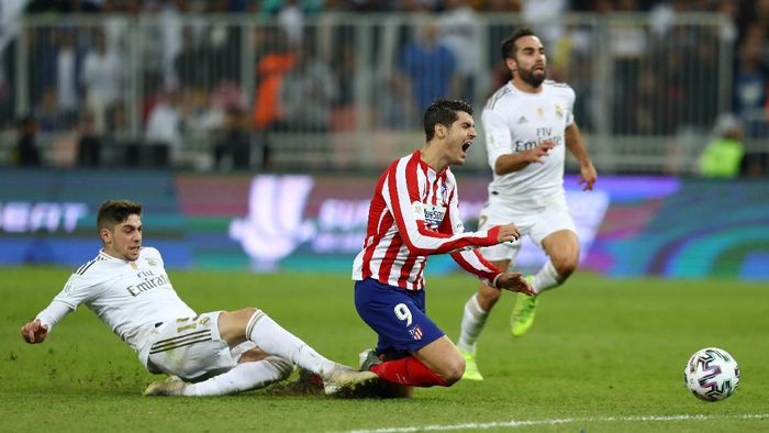 JEDDAH, SAUDI ARABIA - JANUARY 12: Federico Valverde of Real Madrid tackles Alvaro Morata of Atletico Madrid which results in the red card being shown to Federico Valverde of Real Madrid  during the Supercopa de Espana Final match between Real Madrid and Club Atletico de Madrid at King Abdullah Sports City on January 12, 2020 in Jeddah, Saudi Arabia. (Photo by Francois Nel/Getty Images)