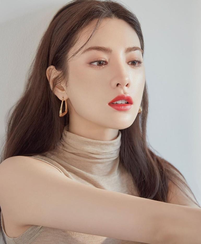 1. Nana. Artis Korea yang mantan anggota girlband After School, Im Jin Ah atau Nana menjadi wanita paling cantik selama 10 tahun belakangan. Sebelumnya ia belum pernah menempati posisi satu dalam daftar TC Candler namun akhirnya tahun ini berhasil menyabet gelar tercantik. Foto: tvN.