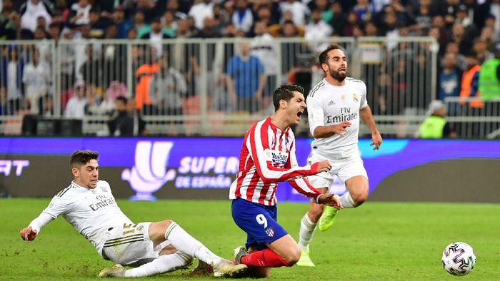 Alvaro Morata ditekel dari belakang oleh Federico Valverde di final Piala Super Spanyol (Giuseppe CACACE / AFP)