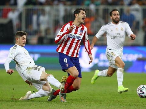 Federico Valverde melakukan tekel dari belakang untuk menghentikan Alvaro Morata dalam final Piala Super Spanyol antara Real Madrid Vs Atletico Madrid