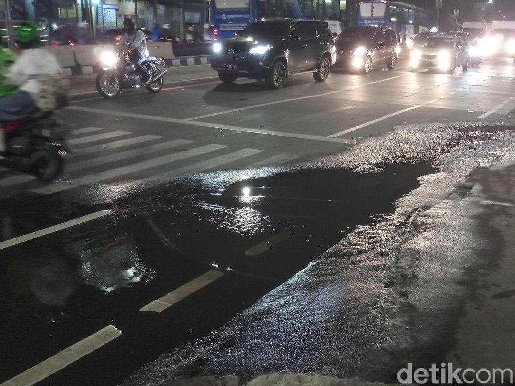 Air Got Merembes Hingga ke Jalan di Jaksel, Warga Keluhkan Bau Pesing