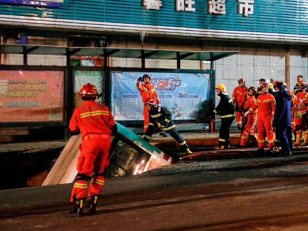 Lubang Menganga di Jalan Telan Sebuah Bus di China, 6 Orang Tewas