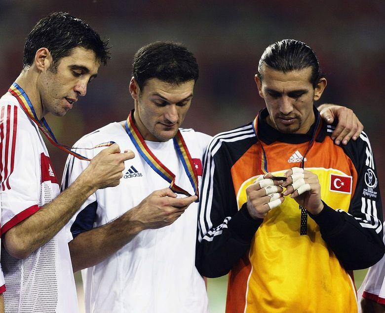 Hakan Sukur adalah bagian dari tim nasional Turki yang mengukir sejarah pada Piala Dunia 2002 di Korea Selatan dan Jepang. Ia mengantarkan Turki finis ketiga di turnamen tersebut, menjadi raihan terbaik di Piala Dunia hingga saat ini. (Foto: Gary M. Prior/Getty Images)
