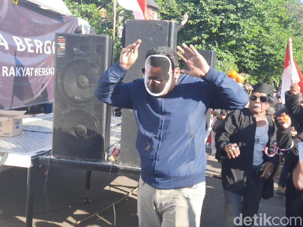 Massa Kontra Bikin Aksi, Lempari Pria Bertopeng Anies dengan Tomat