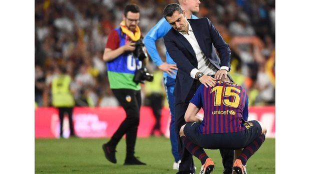 Barcelona's Spanish coach Ernesto Valverde conforts Barcelona's French defender Clement Lenglet at the end of the 2019 Spanish Copa del Rey (King's Cup) final football match between Barcelona and Valencia on May 25, 2019 at the Benito Villamarin stadium in Sevilla. - Barcelona wanted a trophy to ease their Champions League heartache but instead fell to another shock defeat as Valencia pulled off a thrilling 2-1 victory today to win the Copa del Rey. (Photo by JOSE JORDAN / AFP)